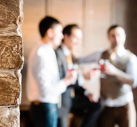 Männer Junggesellenabschiedsgruppe im Escape Room